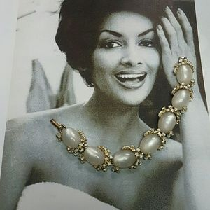 Vintage pearl sheen white bracelet